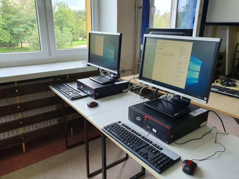 Komputery na biurkch szkolnych
