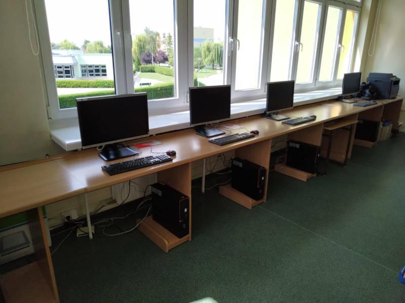 Komputery pod oknem na ławkach